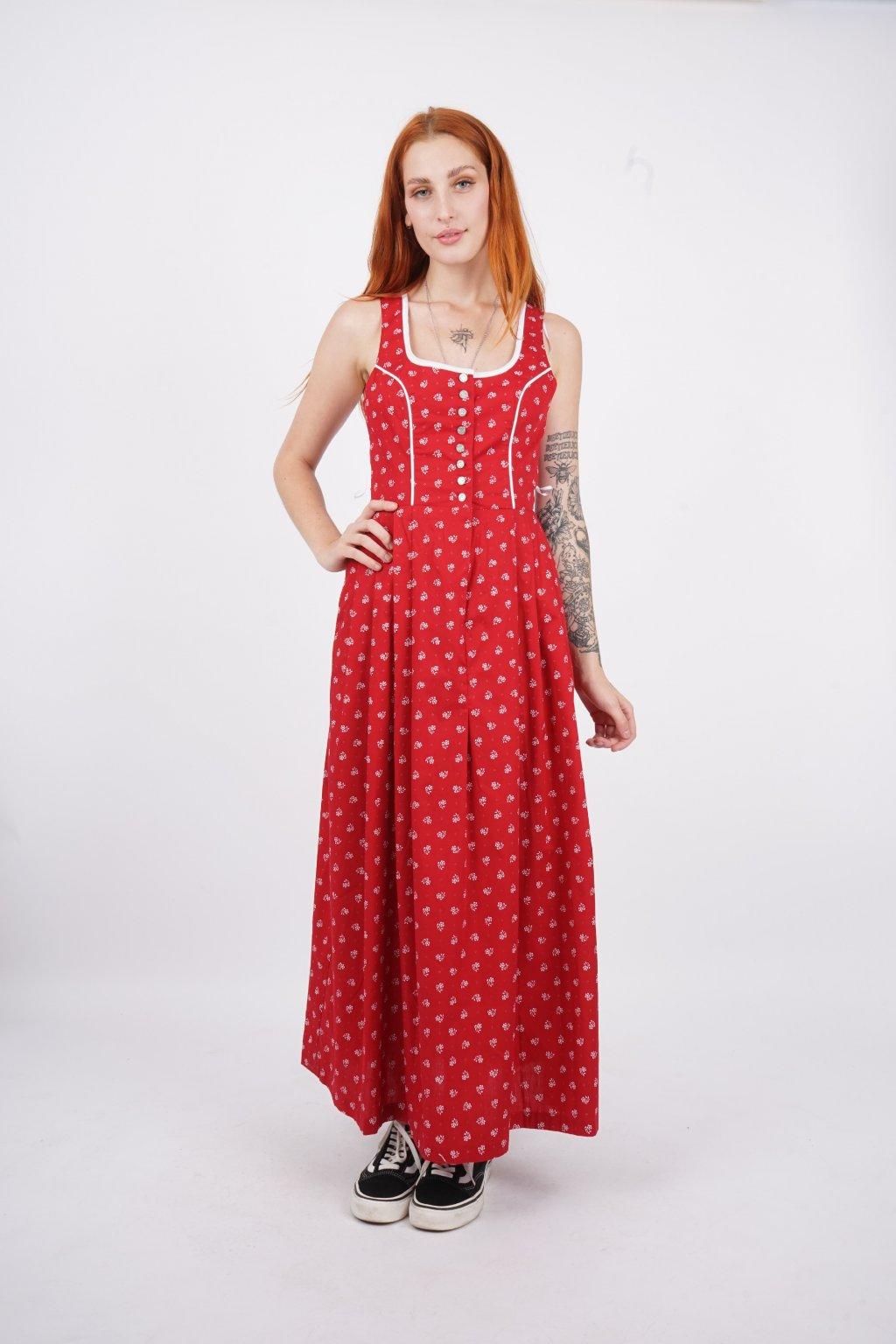 červené šaty s květovým vzorem